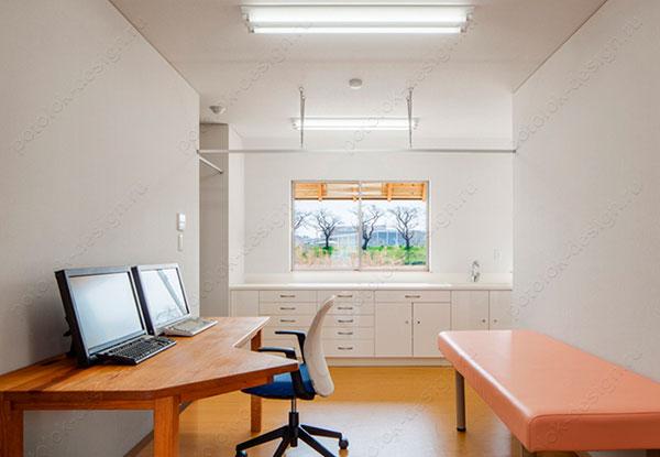 белый потолок в медицинском учреждении