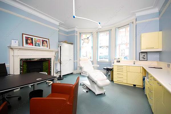 белый натяжной потолок в медицинском учреждении